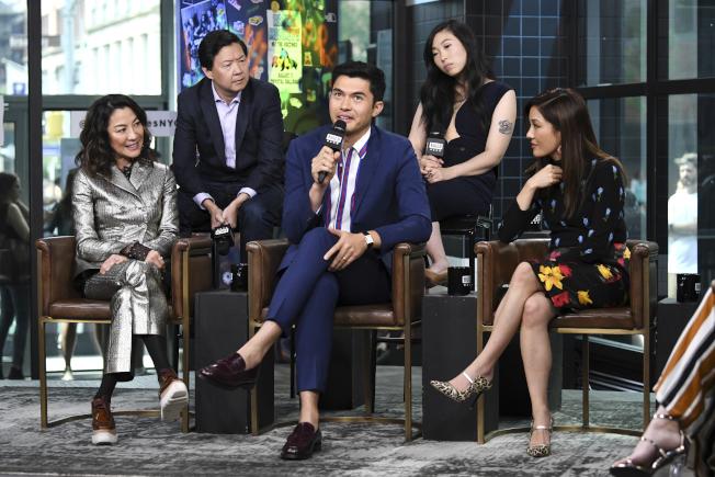 演員楊紫瓊(左起)、鄭肯、戈爾丁、Awkwafina和吳恬敏日前參加紐約「瘋狂百萬富豪」電影記者會。 (美聯社)