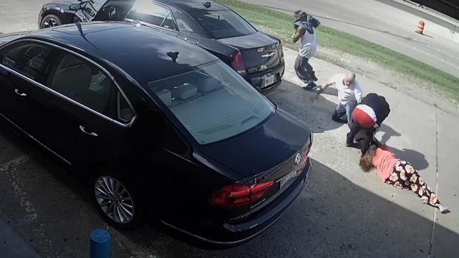 在德州哈里斯郡經營加油站兼超商的一名婦人,17日從銀行提款7萬5000美元之後,回到自家商店時卻遭兩名尾隨駕車跟蹤的男子(左一和右二)搶劫,不但遭到痛打,還被搶匪倒車從身上壓過(右下角躺在地上者),受到重傷。(哈里斯郡第四分局錄像截圖)