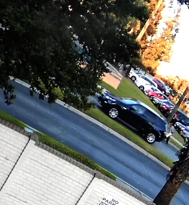 綁架案發生當天,案發地點周圍的監控攝像頭拍下的涉案車輛。(聯調局提供)
