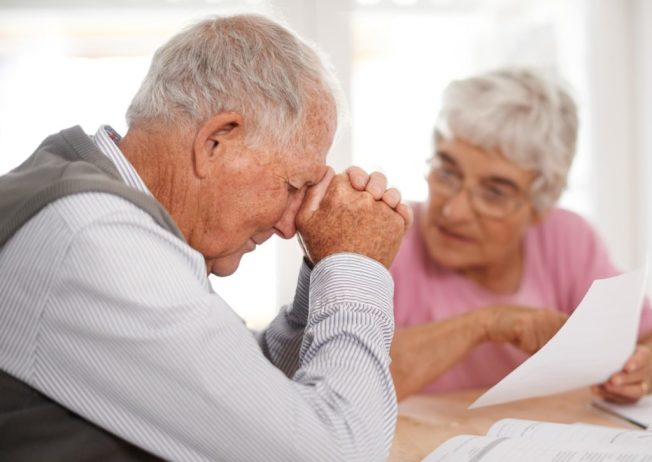 由於退休金減少、醫藥費飆漲和儲蓄不足等因素,老年人申請破產的比率大幅增加,傳統上退休安享天年的願景如今由破產的淒涼現實所取代。(Getty Images)