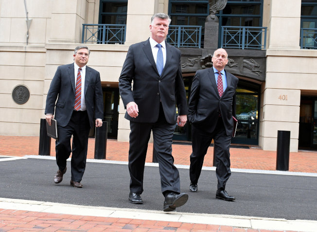 马纳福被判有罪后,三名辩护律师离开法院。(路透)