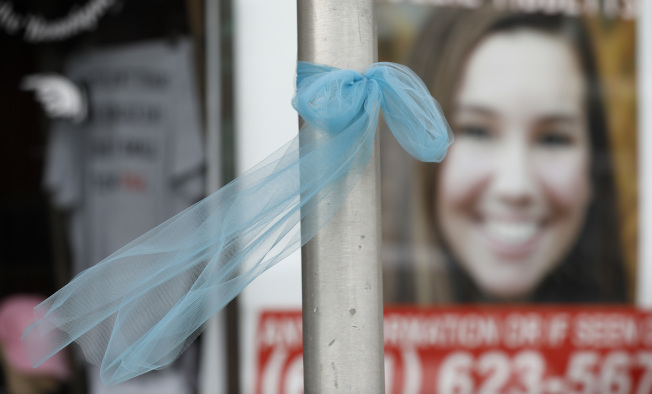 愛阿華州布魯克林鎮街頭貼出莫莉.提比茲失蹤海報,居民在路燈桿綁上絲帶。(美聯社)
