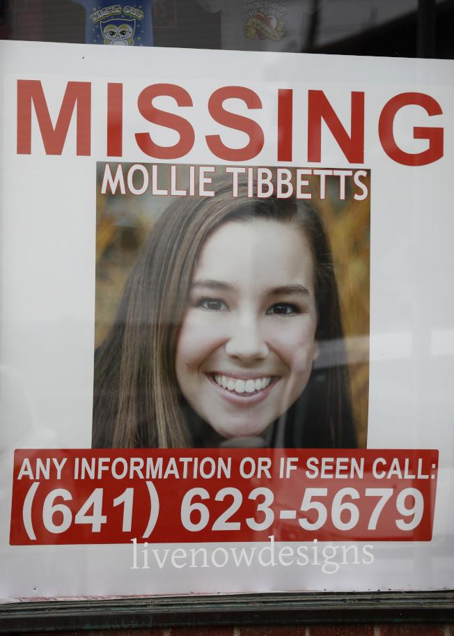 愛阿華州布魯克林鎮街頭貼出莫莉.提比茲的尋人啟事。(美聯社)