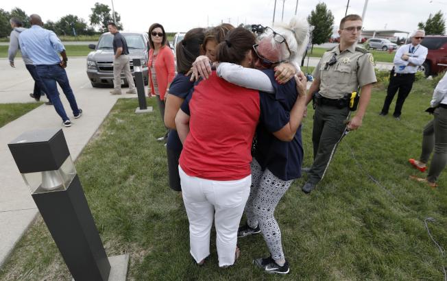 警方證實失蹤女生莫莉.提比茲遇害,她的親友難過地抱成一團。(美聯社)