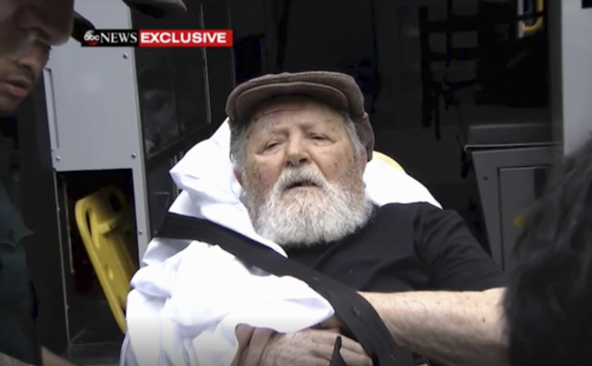 高齡95歲的納粹集中營前警衛帕利被遺返德國。圖為他被綁在擔架上遞解。(美聯社)