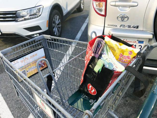 很多人習慣買菜時把包包就放在購物車的上層,如果歹徒搶了就跑,很難追回。(記者林亞歆/攝影)