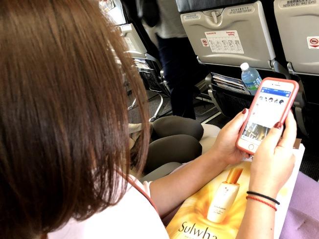 手機及相關電子產品,在飛機起飛或降落時,可能造成干擾。記者魏妤庭/攝影
