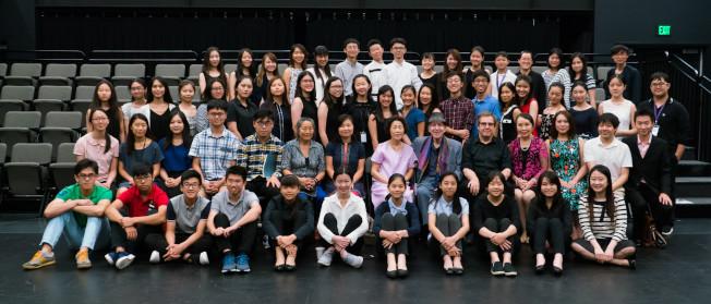 第27屆胡桃山音樂營學員與部分教師、人員與主持講座的鋼琴大師Russell Sherman (二排右六)合影。(中華表演藝術基金會提供)
