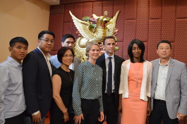 尼克森(右四)日前參與華裔機構組織的州長辯論論壇。(記者牟蘭/攝影)