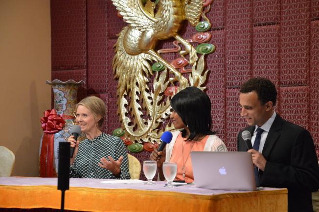 尼克森(左)日前赴布碌崙華社參與州長競選論壇。(記者牟蘭/攝影)