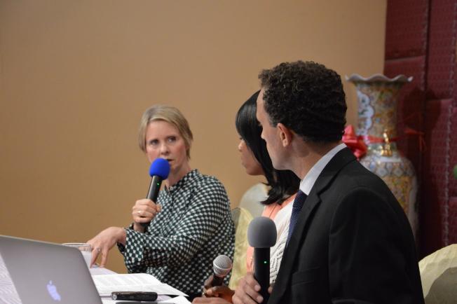 尼克森(左)日前參與華裔機構組織的州長辯論論壇。(記者牟蘭/攝影)