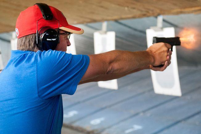 柯羅拉多州為教師和學校行政人員開辦射擊速成訓練,圖為靶場人員示範射擊。(Getty Images)