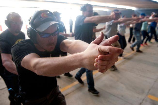 柯羅拉多州為教師和學校行政人員開辦射擊速成訓練,圖為受訓的學校教職員在靶場練習。(Getty Images)