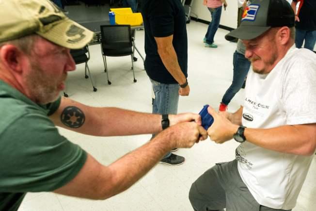 柯羅拉多州為教師和學校行政人員開辦射擊速成訓練,圖為受訓教職員練習搶奪和保護手槍。(Getty Images)