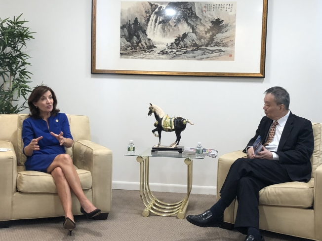 霍楚(左)23日拜訪世界日報,與北美世界日報總管理處總經理兼紐約社社長張漢昇(右)會談。(記者陳小寧/攝影)