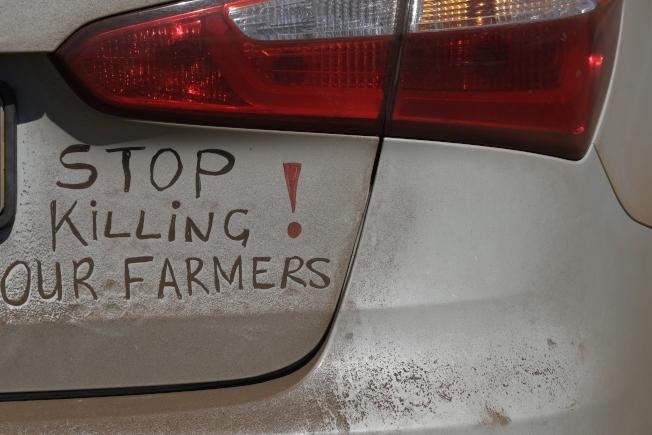 南非汽車上懸掛標語「停止殺害我們的農夫」。(美聯社)