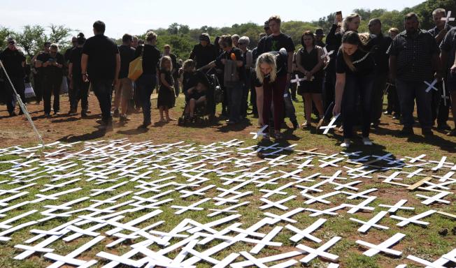 南非一處墓地去年10月底擺放了密密麻麻的十字架,代表全國被殺的農夫。(美聯社)