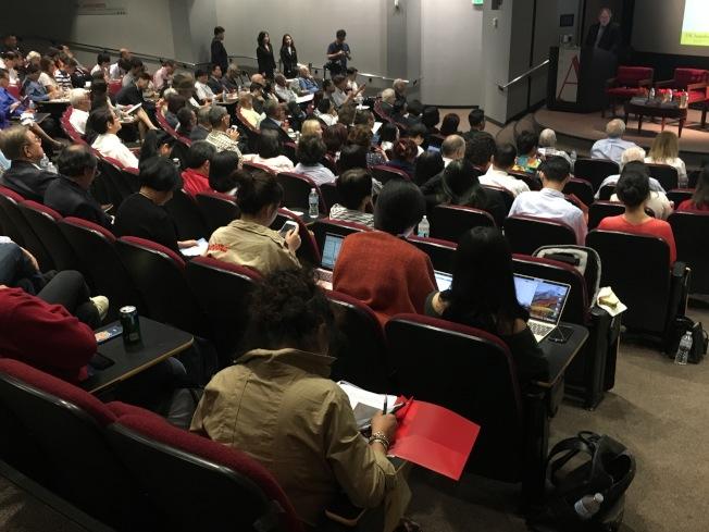 草根外交理事會、全美台灣同鄉聯誼會、以及南加大美中學院合辦的「美中台三角關係論壇」迎來不少人潮。(記者謝雨珊/攝影)