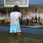 她家水淹大腿仍為孩煮飯 網封「地表最強人妻」