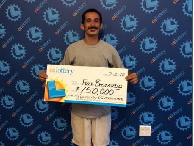 巴斯塔度在彩券局辦事處領取75萬元「大支票」。(加州彩券局提供)