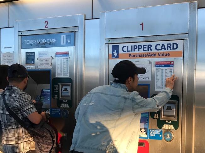捷運車站售票機上的文字全使用英文。(記者李秀蘭/攝影)