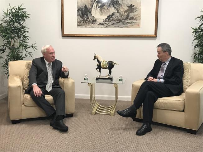 艾維樂(左)27日拜訪世界日報,向張漢昇(右)等介紹自己的政見,同時了解華裔社區的訴求。(記者和釗宇/攝影)