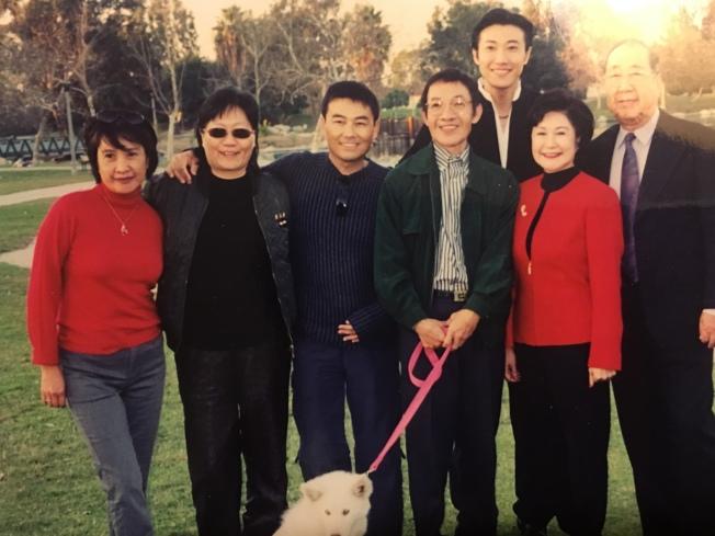 黃曉寧(左二)、倪北嘉(左三)早年和影藝圈友人合影。(倪北嘉提供)