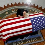 〈圖輯〉馬侃移靈亞州議會 女兒撫棺痛哭 民眾排長龍弔唁