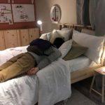 塞車15個小時 愛心IKEA開放讓民眾「躺床休息」
