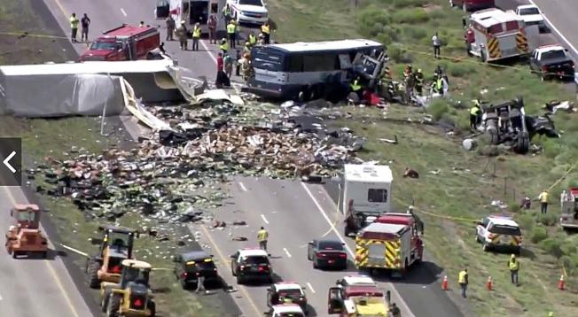 一輛駛往鳳凰城的灰狗巴士30日在40號州際公路與一輛爆胎失控的聯結車迎頭對撞,造成七人死亡和多人受傷。圖為車禍現場殘骸四散。(美聯社)