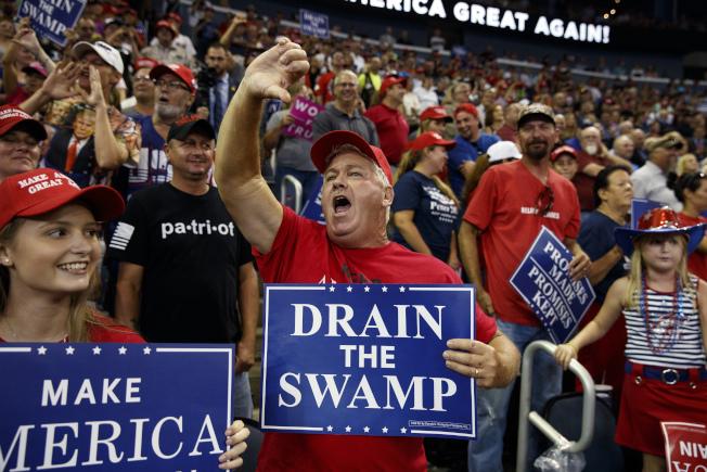川普總統30日晚至印第安納州伊凡斯維爾,為共和黨聯邦參議員候選人布朗恩站台助選,現場支持者情緒沸騰。(美聯社)