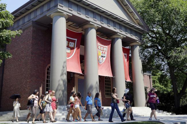 司法部支持亞裔控告哈佛大學入學不公,圖為遊客參觀哈佛校園。(Getty Images)