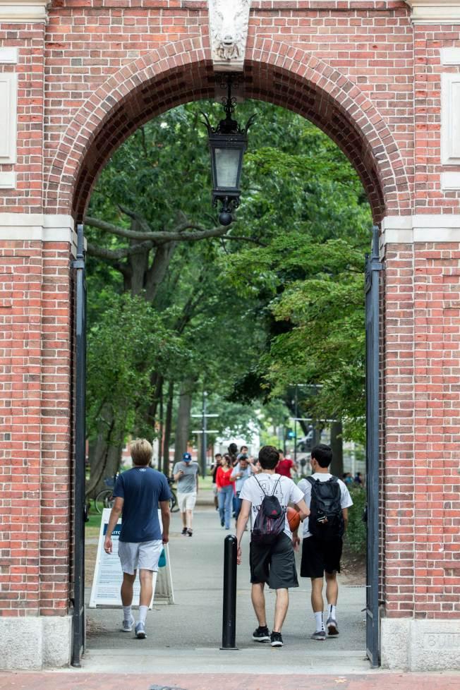 司法部支持亞裔控告哈佛大學入學不公,圖為行人走進哈佛校門。(Getty Images)