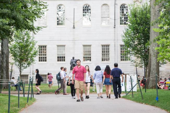 司法部支持亞裔控告哈佛大學入學不公,圖為哈佛校園內的各族裔行人。(Getty Images)