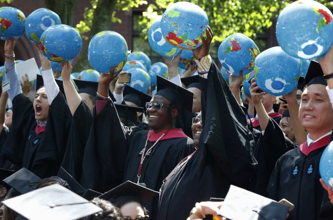 哈佛大學公共政策和政府學院的畢業生手持代表地球的氣球。(美聯社)