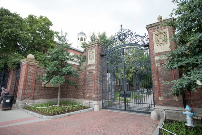 司法部支持亞裔控告哈佛大學招生不公,圖為哈佛大學大門。(Getty Images)