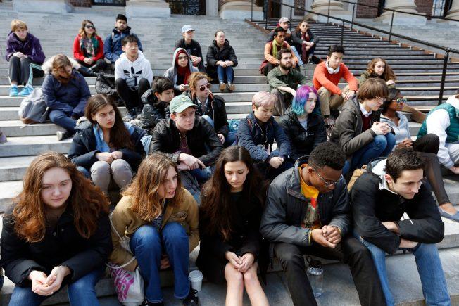 哈佛大學亞裔學生加入靜坐,抗議美國校園槍擊案。(美聯社)