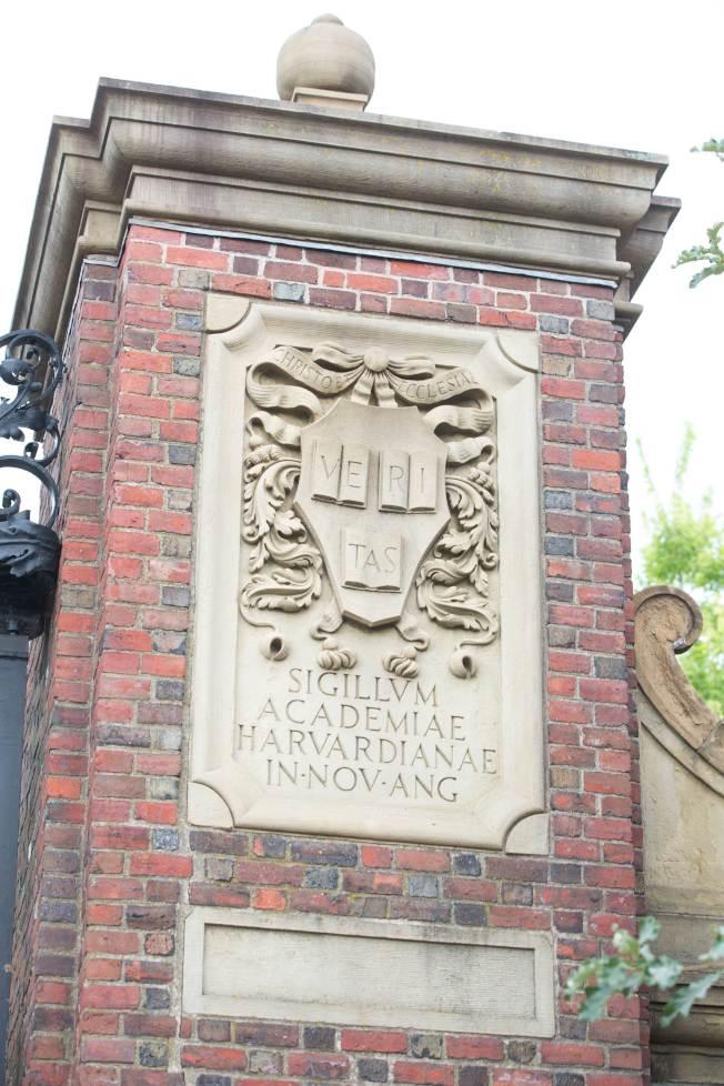 哈佛大學門柱上刻著哈佛大學標誌。(Getty Images)