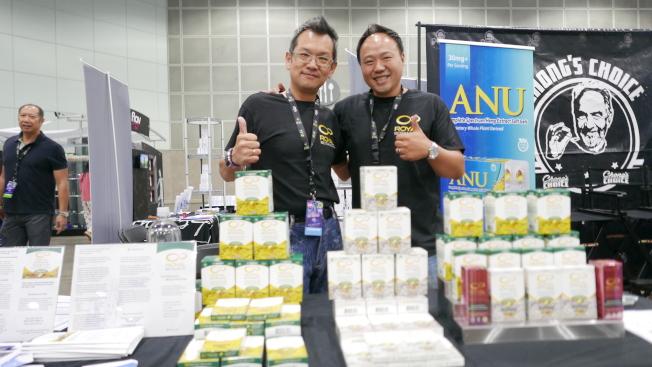 Nerovana生物科技公司负责人黄俊谚(右)表示,华人群体对大麻多有偏见。(记者李雪/摄影)