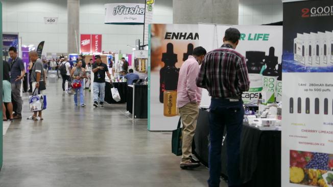 展会上不少新奇产品,几乎全都主打THC含量为零。(记者李雪/摄影)