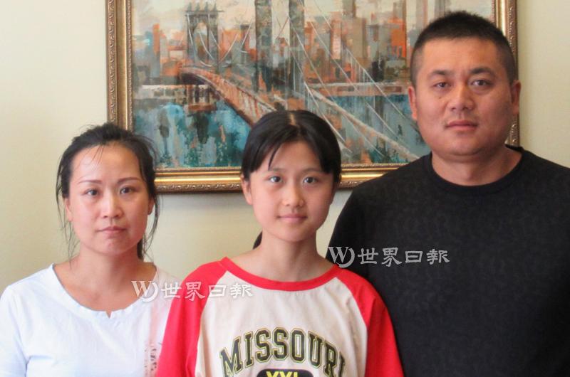 馬金晶(中)在父母的陪同下3日現身法拉盛律所。(安娜律師樓提供)