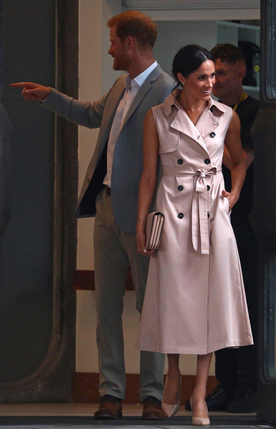 梅根穿著名牌洋裝、手放口袋,逐漸成為她的個人特色。圖/路透資料照片