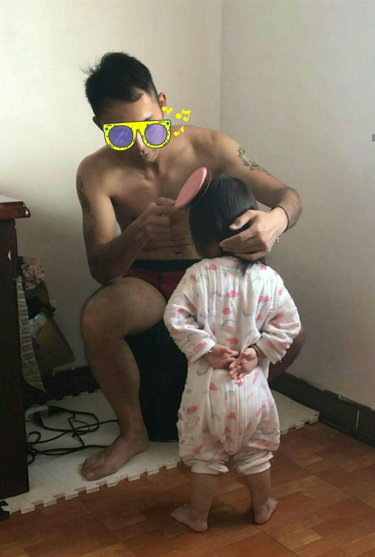 台灣一名女網友抱怨,因老公是軍人,所以從小以訓練方式教導女兒,這次幫女兒梳頭時居然還要稍息立正。圖/擷自臉書社團「爆怨公社」