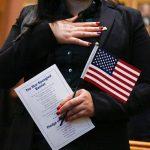 「打壓移民」限拿綠卡 申請福利人數減