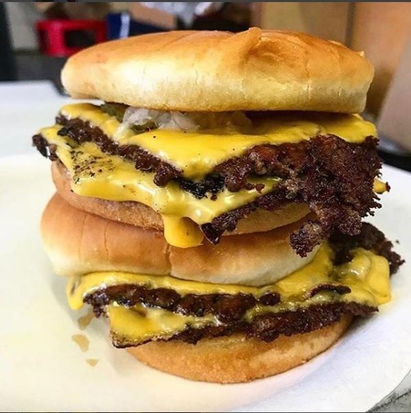 不死漢堡的雙層起司漢堡。(「不死漢堡」IG)
