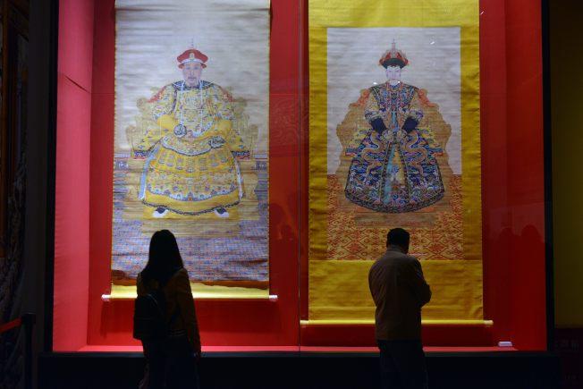 《延禧攻略》和《如懿傳》熱播,讓乾隆帝后的故事多了想像空間。圖為《乾隆帝朝服像》和《孝儀純皇后朝服像》。(中新社資料照片)