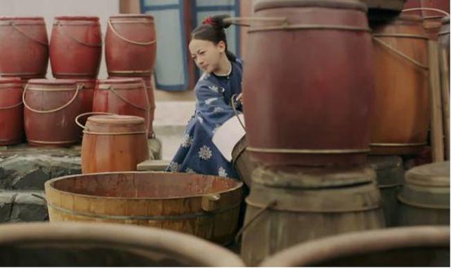 魏瓔珞被罰到辛者庫,天天幹的是倒馬桶的活兒。(取材自微博)