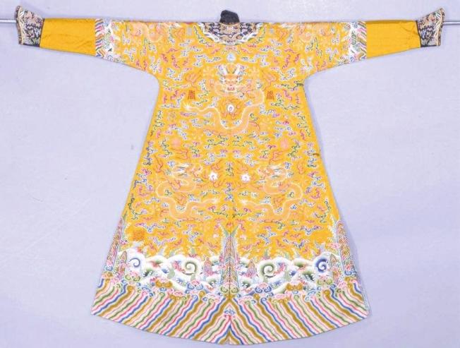 明黃色緞繡彩雲黃龍夾龍袍。(取材自華西都市報)