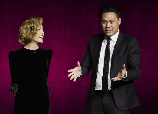 好萊塢電影「瘋狂亞洲富豪」在北美票房大賣,背後凸顯亞裔族群在美國社會的政治、經濟、大眾文化等領域都力求突破現狀。圖為本片女主角吳恬敏與導演朱浩偉。(美聯社)