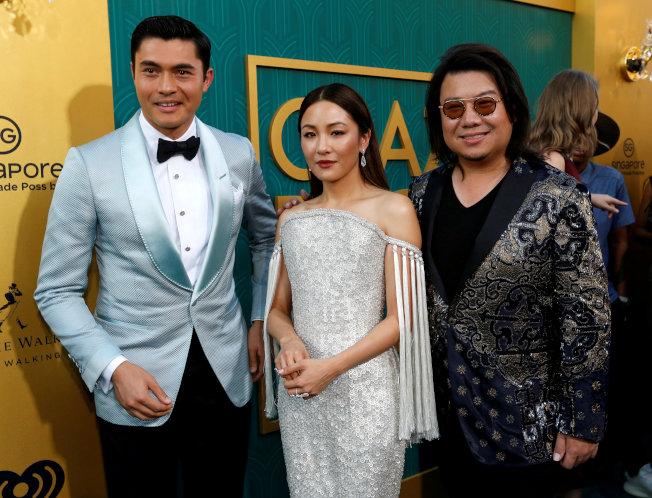 「瘋狂亞洲富豪」在好萊塢颳起旋風。圖為本片男主角亨利高汀(左起)、女主角吳恬敏,與原著作者暨本片共同製作人關凱文。(路透)